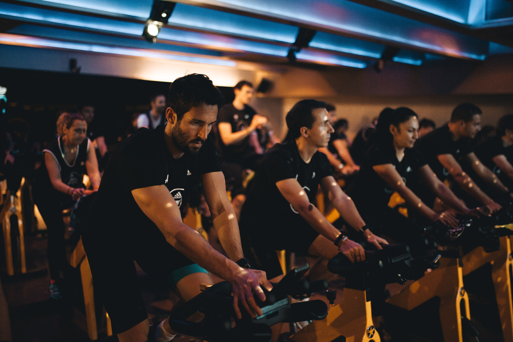 Sesion de spinning o ciclo en yoofit boutique gym 01